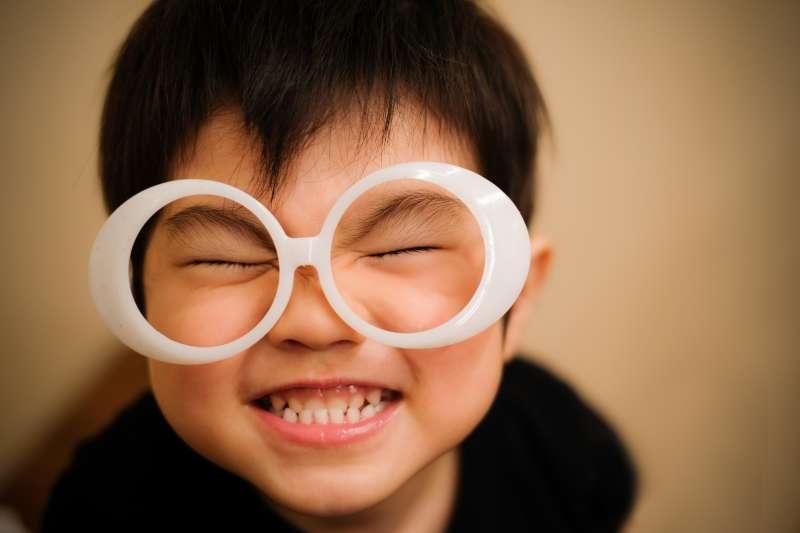 小小年紀就戴眼鏡,要多補充營養素顧眼睛!(示意圖/ぜんせー@pakutaso)