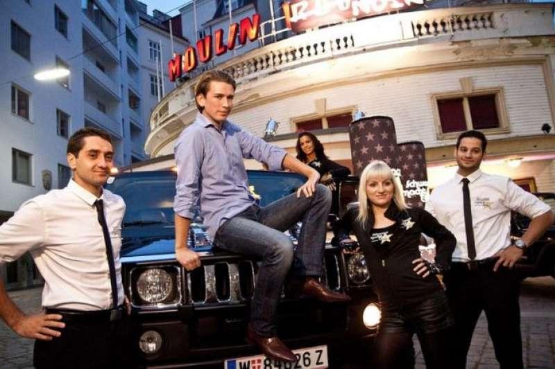 「黑色就是酷」:奧地利新總理人選庫爾茲(中間坐者)在2011年的宣傳照上的英姿。(BBC中文網)