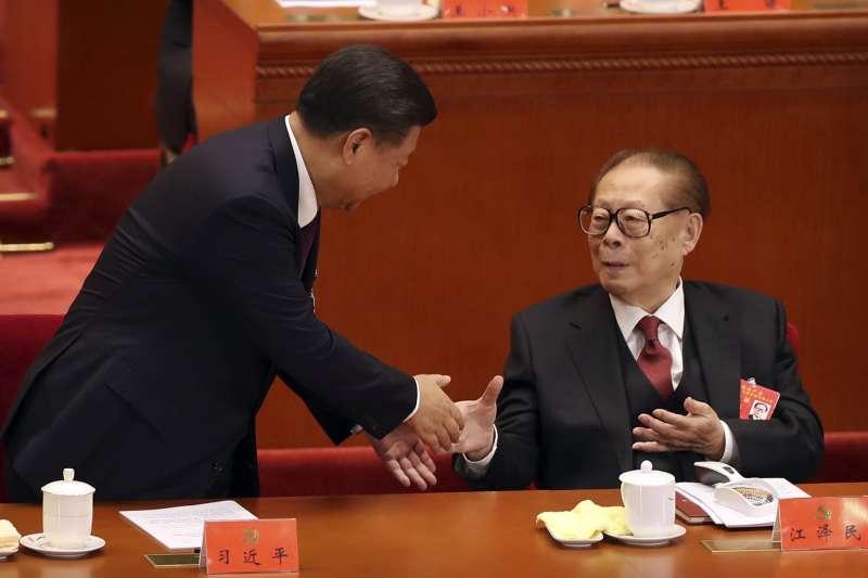 中共十九大在北京召開、中共總書記習近平和前總書記江澤民的互動,成為國際媒體矚目的焦點。(AP)