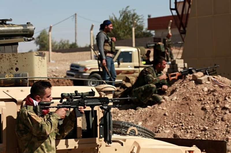 庫德族武裝部隊鎮守在伊拉克邊界。(美聯社)
