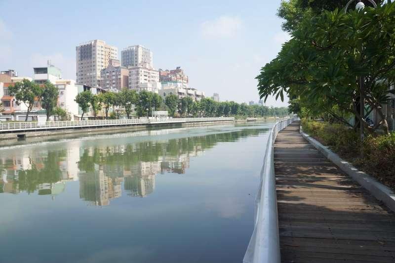 前鎮河木棧道改為耐久性較佳之塑木材質。(圖/高雄市水利局提供)
