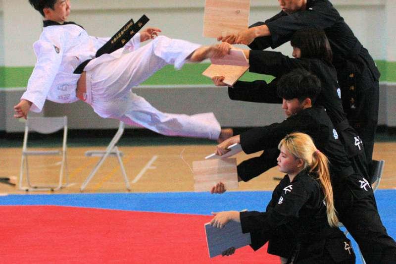 韓國京畿道水原市體育處率該市跆拳道職業表演團精彩空中飛踢木板。(圖/高雄市體育處提供)