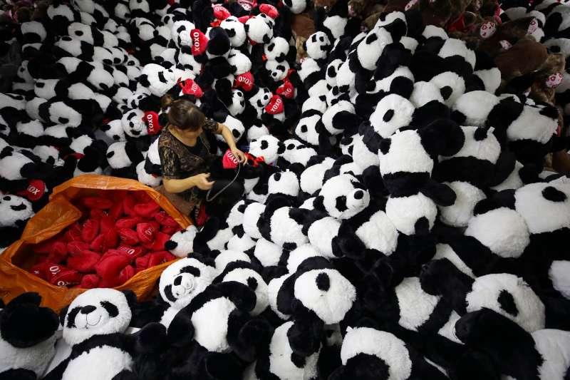 中國經濟,出口,江蘇省連雲港市贛榆經濟開發區一家玩具企業,工人在製制出口歐美市場的禮品玩具(新華社)