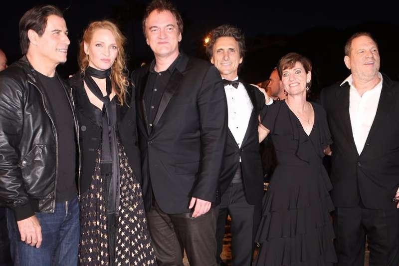 好萊塢大導昆丁塔倫提諾(Quentin Tarantino,圖左三)與《黑色追緝令》(Pulp Fiction)演員合照,其中更包含目前身陷醜聞的製作人溫斯坦(Harvey Weinstein,圖右一)。(AP)
