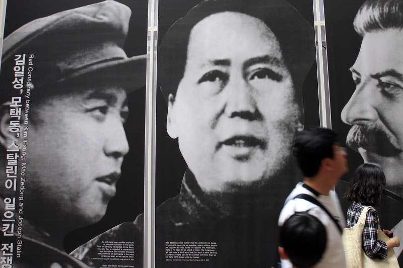 中國與北韓邊界,左起:金日成、毛澤東、史達林(AP)