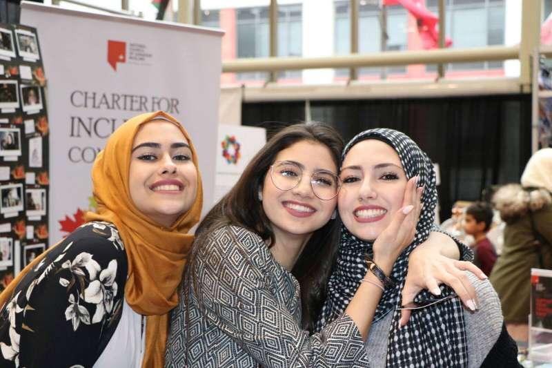 加拿大許多穆斯林女性出外時會穿戴頭巾、面紗或罩袍(加拿大全國穆斯林協會,NCCM)