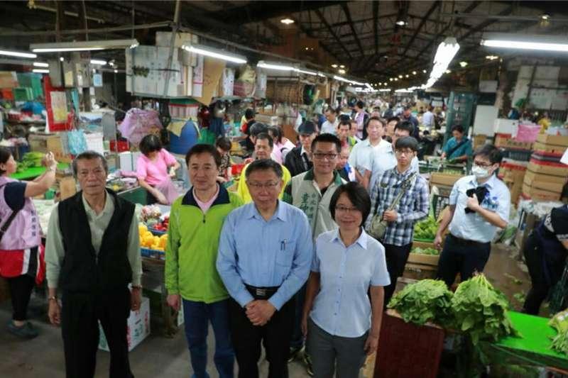 台北市長柯文哲22日上午拜訪魚類及果菜批發市場,並與攤商討論改建事宜。(柯文哲臉書)