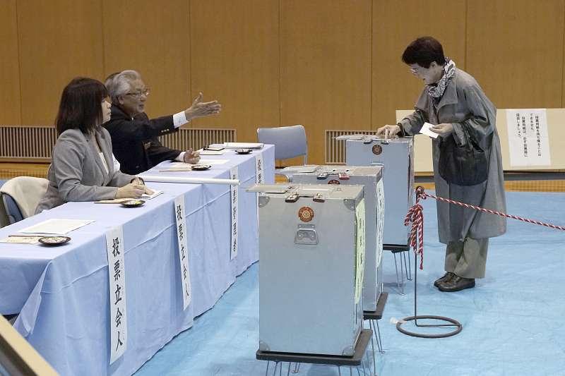 日本眾議院大選2017年10月22日登場,由於颱風來襲,投票率恐怕不太樂觀(AP)