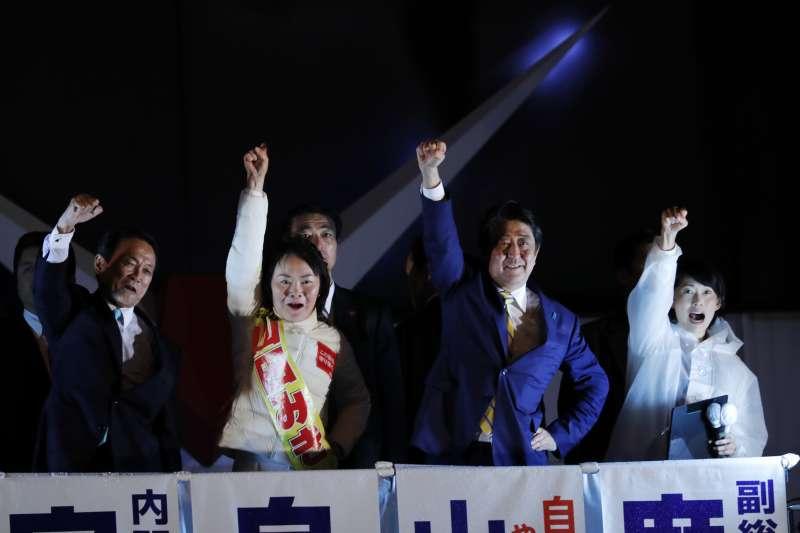 日本眾議院大選2017年10月22日登場,首相兼自民黨領導人安倍晉三在投票前夕全力為黨籍候選人助選(AP) 日本眾議院選舉於當地時間22日上午7點登場,包括《經濟新聞》、《共