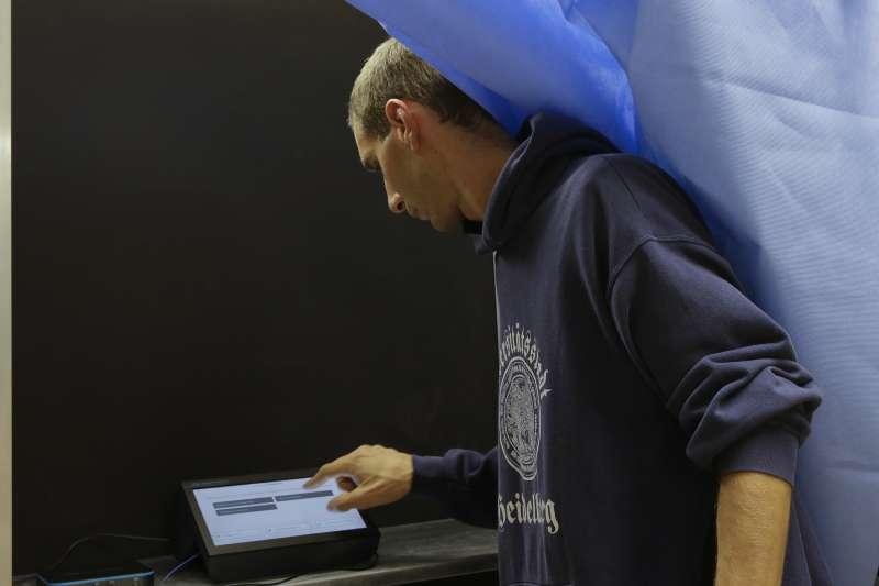 義大利地方公投:倫巴底首度引進電子投票系統,但因廠商是委內瑞拉國營企業而引發熱議(AP)