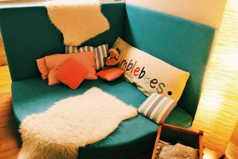 幼兒園裡的沙發區成了小孩的「心靈修復站」,隨時想去都可以。(圖/德國幼兒園原來這樣教@facebook)
