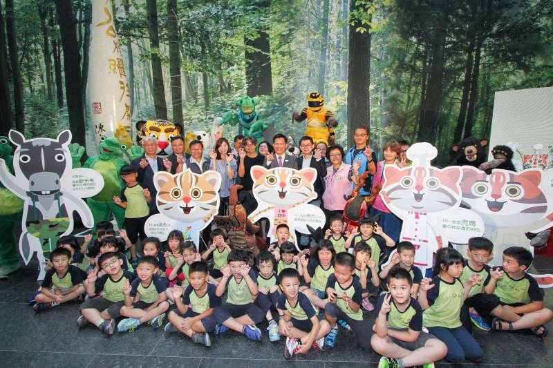 台中花博吉祥物今日亮相,林市長與小朋友們開心合照(圖/台中市政府提供)