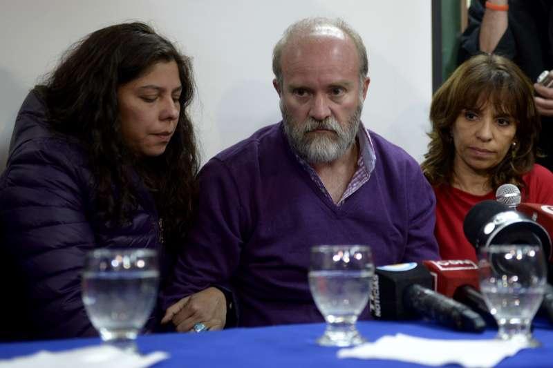 阿根廷原住民人權鬥士馬多納杜失蹤數月,哥哥、嫂嫂(左)與律師終於確認遺體已被尋獲。(美聯社)