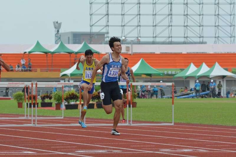 代表雲林縣出賽全運會的楊奎儒,23日在全國運動會110公尺跨欄跑出13秒58奪金。(取自106年全國運動會in宜蘭臉書)