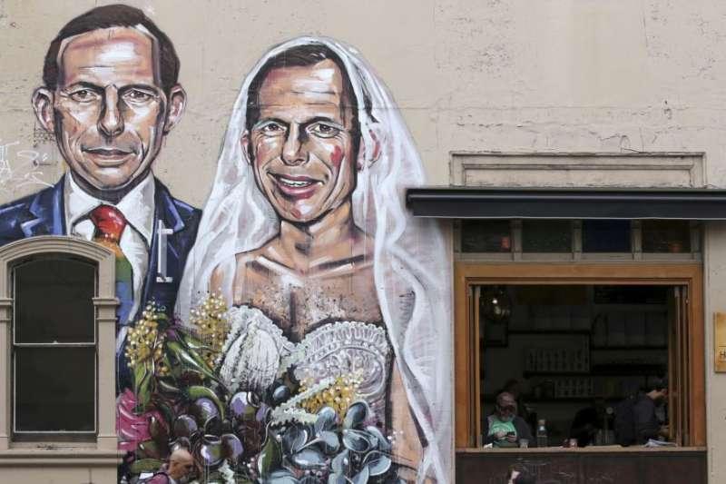 澳洲同性婚姻「郵寄公投」結果將於11月15日揭曉,這是雪梨一家咖啡館外牆的塗鴉,畫的是大力反同婚的前澳洲總理艾伯特同時為新郎與新娘(AP)