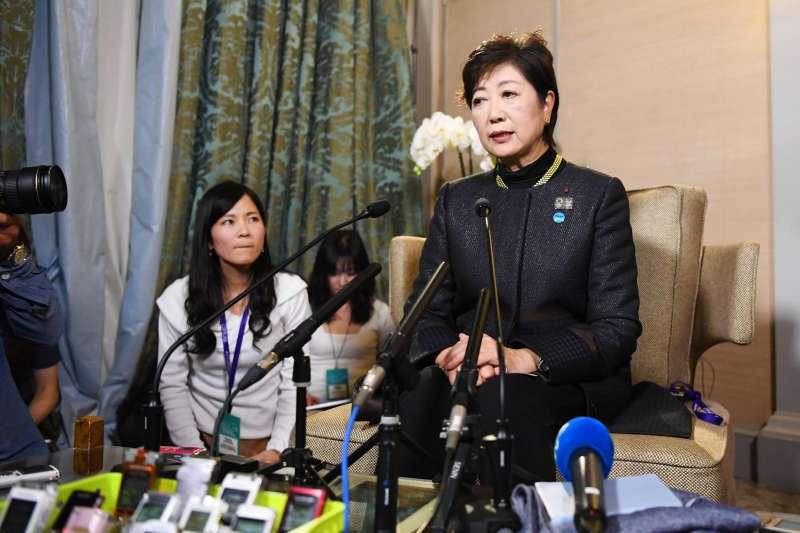 小池百合子22日晚間召開記者會,為希望之黨表現不佳向支持者致歉。(美聯社)
