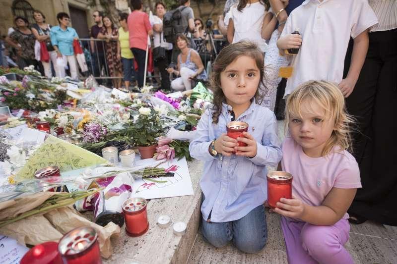 馬爾他女記者嘉麗齊亞(Daphne Caruana Galizia)遇害,民眾在臨時祭壇獻花獻燭哀悼(AP)