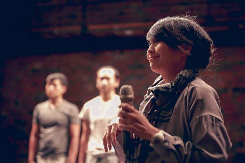 2017-10-23-三語事劇場演出,主持人引導觀眾分享經驗02。(三語事劇場提供)