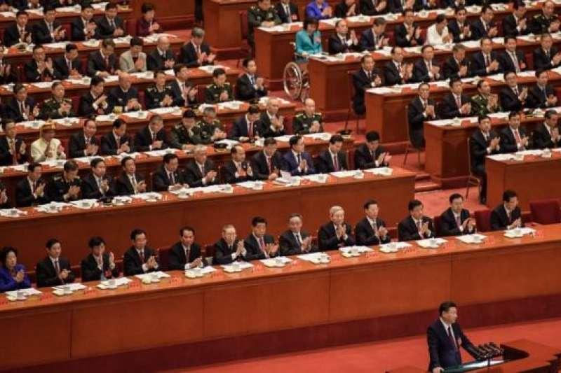 習近平講話,台下聽眾大多是穿深色西裝的男代表。(BBC中文網)