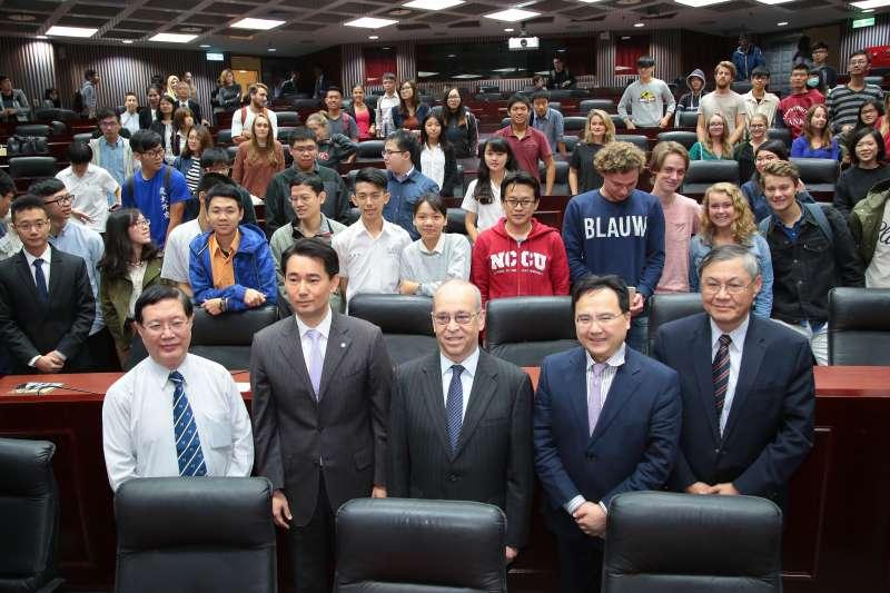 20171024-亞洲協會常駐外交官暨資深研究員丹尼爾‧羅素(中)24日出席「台灣、美國、與世界」專題演講。(顏麟宇攝)