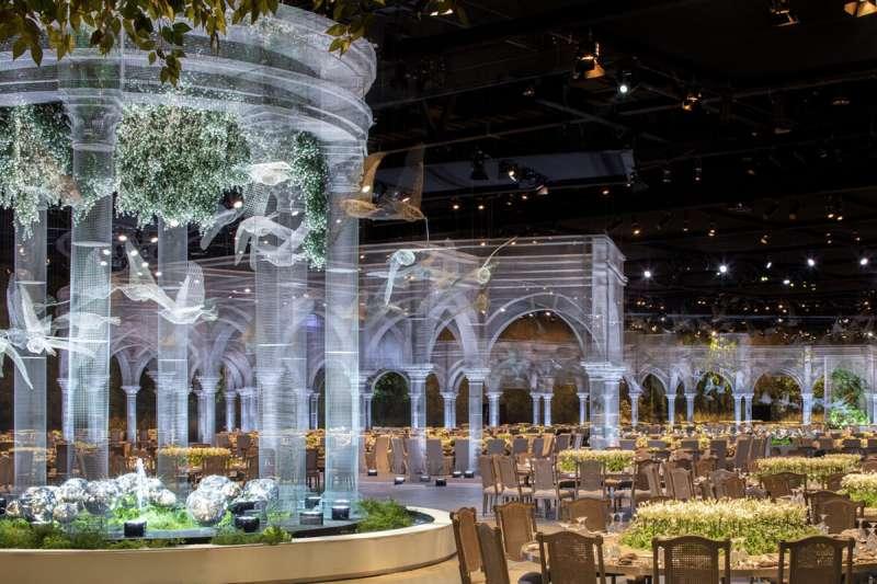義大利藝術家編制金屬絲線網,創造出如夢似幻的婚禮場景,置身其中彷若仙境。(圖/designlabexperience)