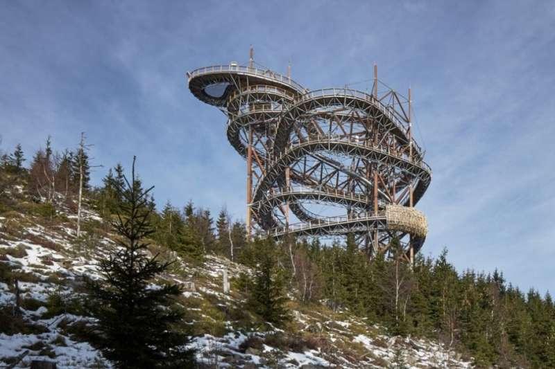 高高聳立山上的極限彎道,看起來就像雲霄飛車軌道,但它居然是一座超長溜滑梯!(圖/取自城市美學新態度)