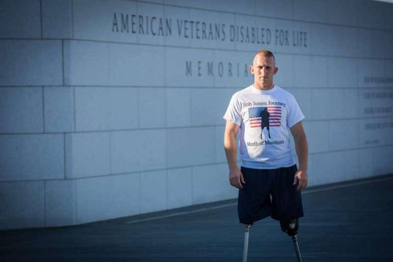 美國退役軍人、刀鋒跑者瓊斯計畫連續31日在31個城市完成馬拉松。(圖/www.robjonesjourney.com)