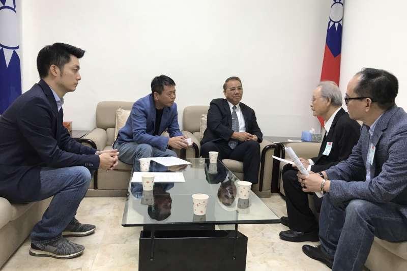 臺灣政治受難者關懷協會今(24)日上午拜訪朝野黨團,盼相關立法儘速通過。(國民黨團提供)