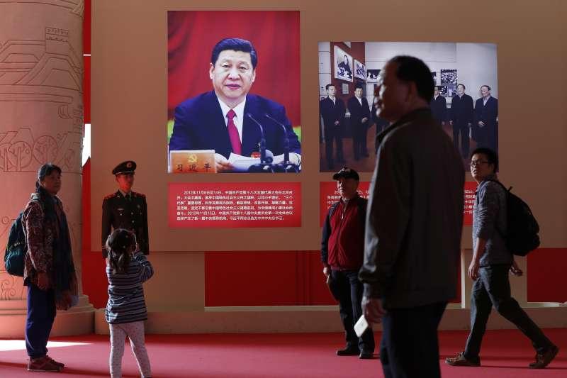 中國的大外宣計畫早自十年前就啓動。圖為中媒全面宣揚習近平功績(資料照,AP)