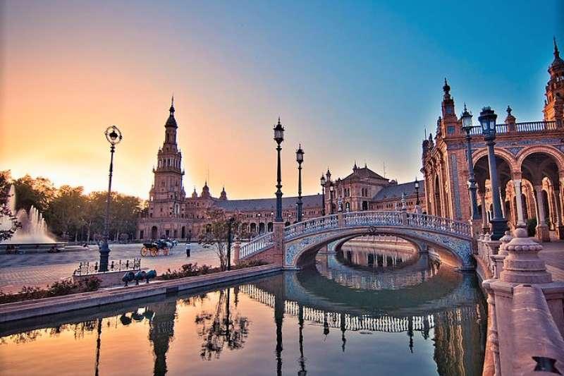 西班牙的塞維雅(Seville)是這次孤獨星球最佳旅遊城市評選的第一名,優美景色令人傾心。(圖 /SkareMedia@wikimedia commons)