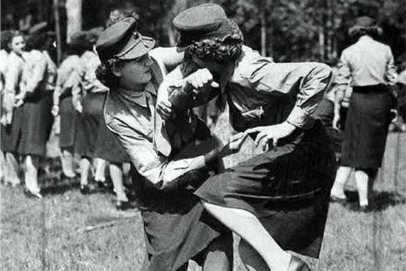 戰鬥民族女兵,穿裙子也能上戰場格鬥。(圖/ 言人提供)