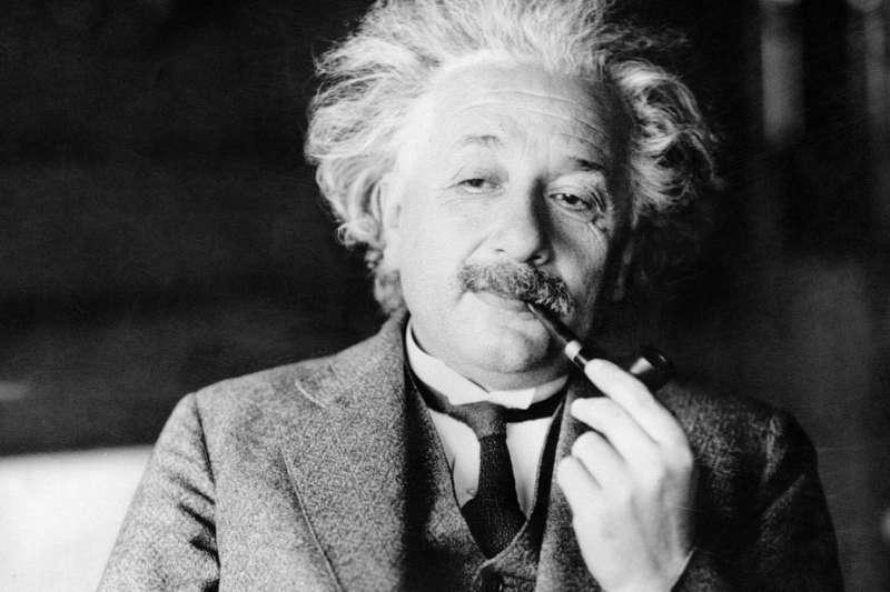 愛因斯坦95年前贈給日本東京信差的2張字條24日以高價賣出(AP)