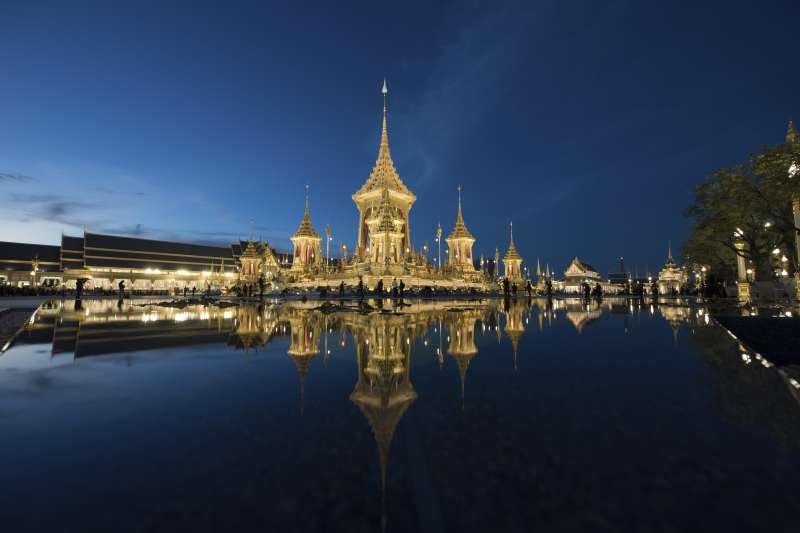 泰國王室與民間砸下重金修建先王蒲美蓬的火化亭(AP)