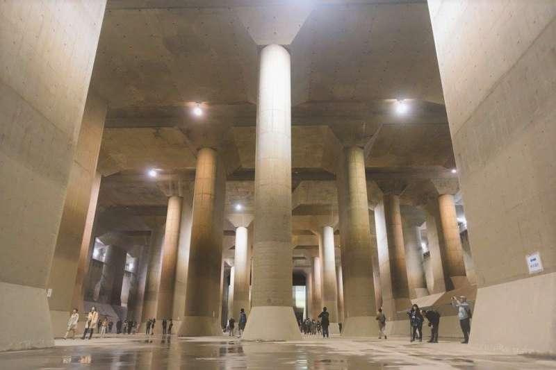 東京都底下竟然有一座象是巨大神殿的防洪系統,讓英國媒體也讚嘆這個工程真不簡單!(圖/かすなび@facebook)