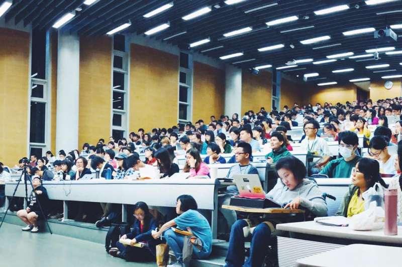 一堂無學分的課,為何能夠場場爆滿、讓台大學生與校外人士搶著上?(圖/李明璁臉書)