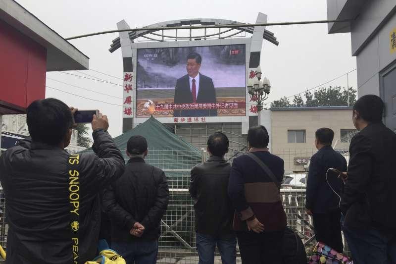 中國北京火車站的民眾觀看習近平介紹中央政治局常委(AP)