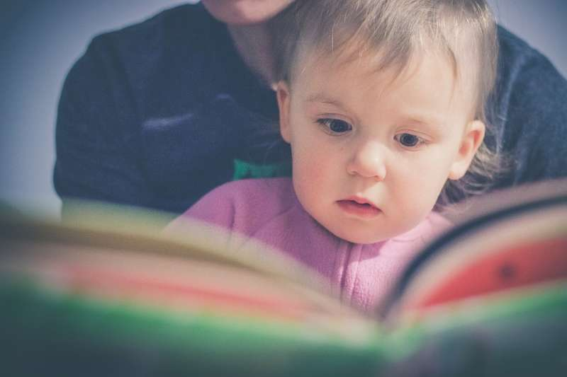 陪孩子閱讀繪本,讓他們為自己的世界賦予意義。(圖/StockSnap@pixabay)