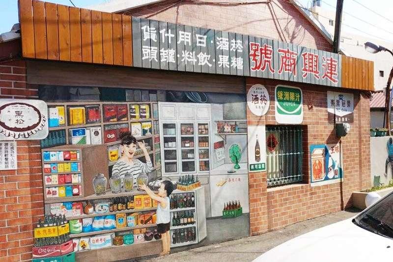 牆上繽紛的彩繪,刻劃的不僅是當地風情,更是台灣人懷念的古早記憶。(圖/Jim Jim Jim@Facebook)