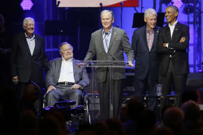 仍在世的美國前總統一起參加風災募款活動,老布希(左2)坐輪椅出席(AP)