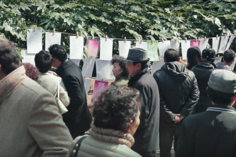 中國上海人民廣場的相親角吸引許多父母替未婚子女「招親」。(網路截圖)
