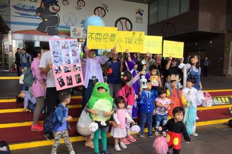 環保團體26日上午到台北市政府呼籲「請不要再發送免費燈籠了」。(「請不要再發送免費燈籠了」提供)