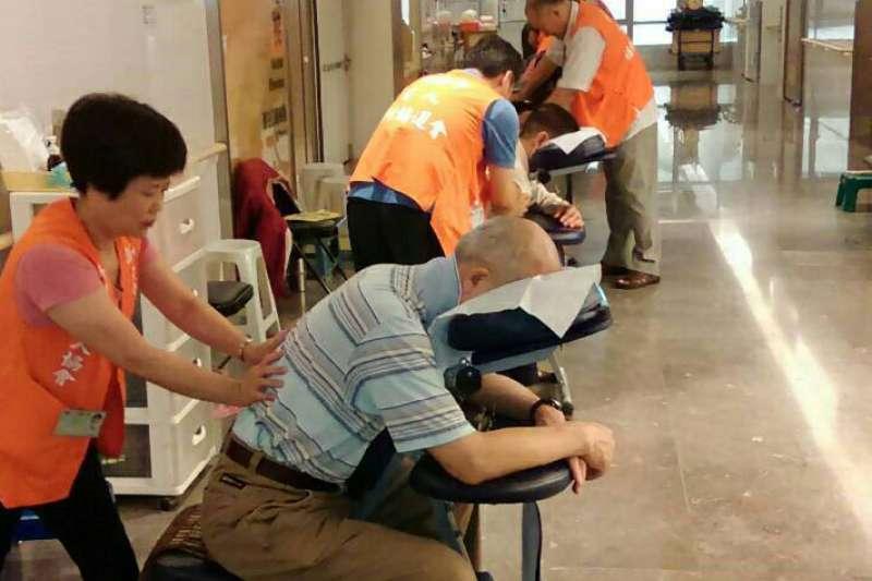 為慶祝九九重陽,新北市勞工局特別於27、28兩天舉辦免費視障按摩紓壓活動。(圖/新北市勞工局提供)