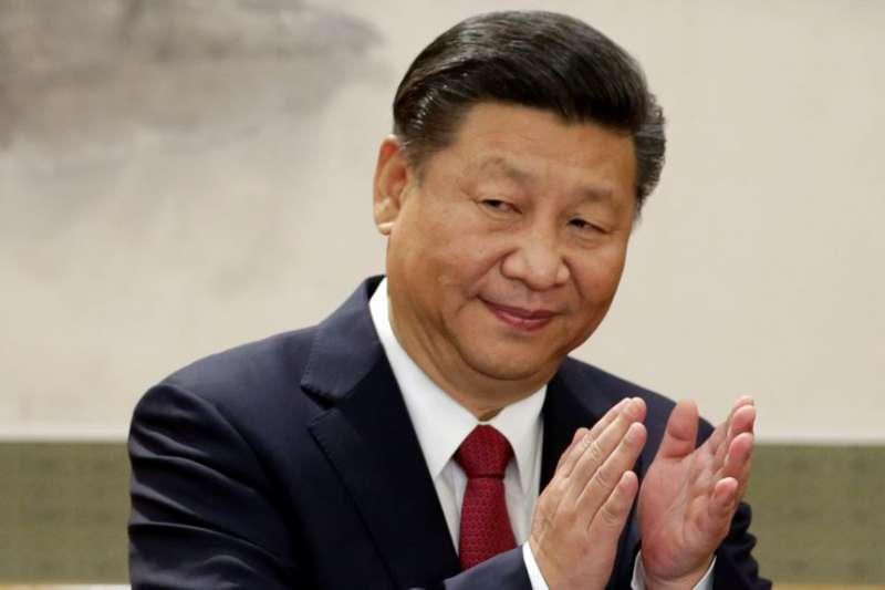 中國國家主席習近平和新政治局常委在人民大會堂與記者見面並發表講話。(美國之音)
