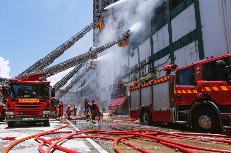 人數少、勤務多、加班時間長,這要消防員怎麼維持家庭生活?(圖/Bensun Ho@flickr)
