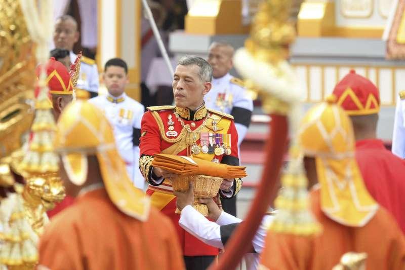 泰王瓦吉拉隆功26日參與先王蒲美蓬的移靈儀式(AP)