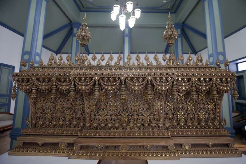 泰王蒲美蓬的棺木以檀香木製成(AP)