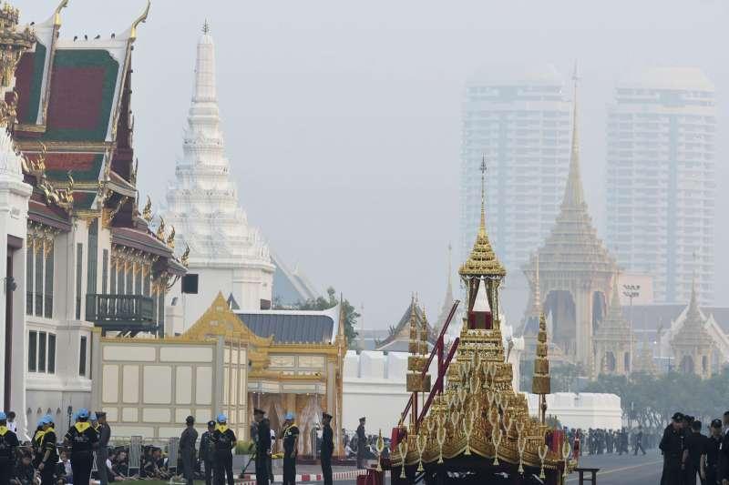 泰國王室26日上午舉行先王蒲美蓬的移靈儀式,靈車在儀式正式開始前就定位(AP)