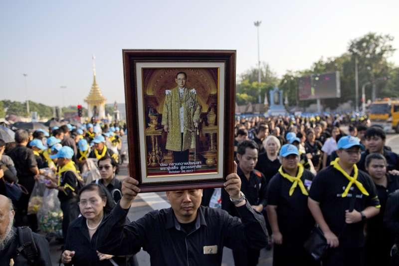 26日是泰國先王蒲美蓬移靈與火化的日子,許多泰國人哀傷不已(AP)