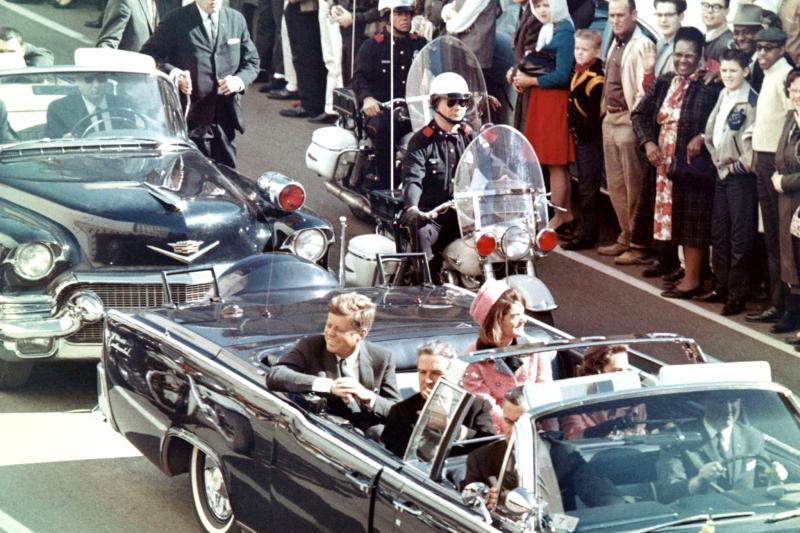 1963年11月22日,甘迺迪(車子後座左)在德州達拉斯遇刺身亡,這是他遇刺前幾分鐘被記者拍下的照片(Wikipedia/Public Domain)