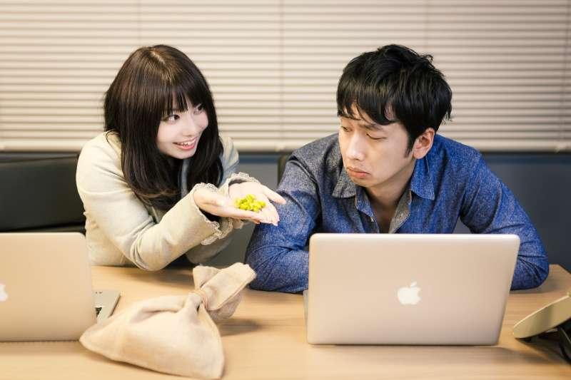 無法區分同事與朋友之間的距離,在職場上的人際關係就會令人心力交瘁。(圖/取自pakutaso)
